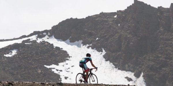 ciclista durante la XXIII subida cicloturista al Veleta la salud y el deporte en su más vivo sentido