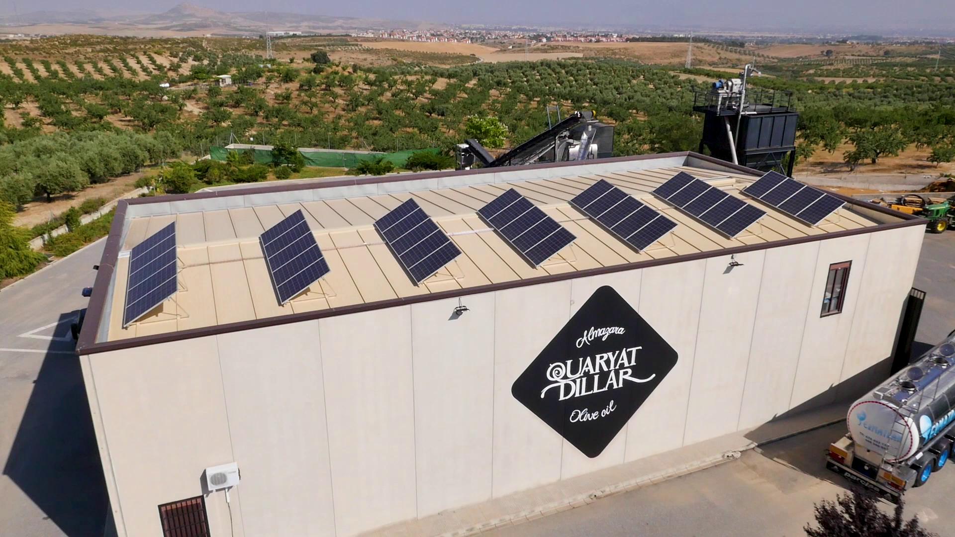 Vista aérea de la Almazara Quaryat Dillar donde se ve la instalación de placas solares para alimentar la fábrica. La Almazara Quaryat Dillar de Sierra Nevada apuesta por la sostenibilidad medioambiental