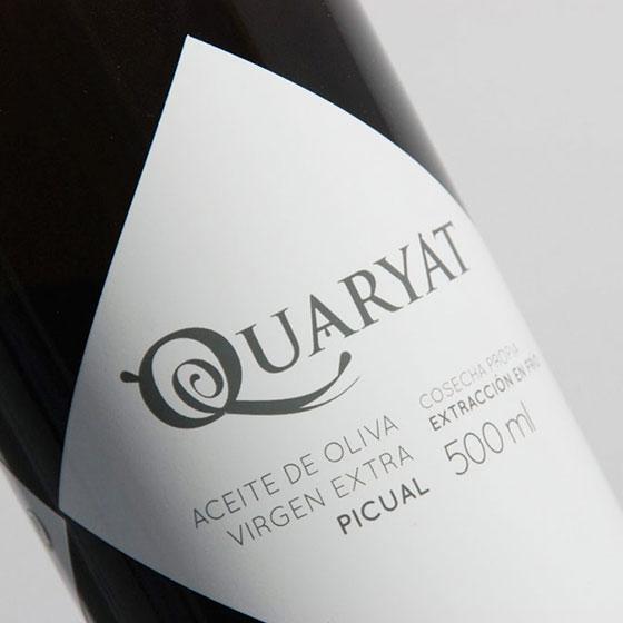 Detalle de la botella de aceite de oliva virgen extra Quaryat Picual de cosecha temprana